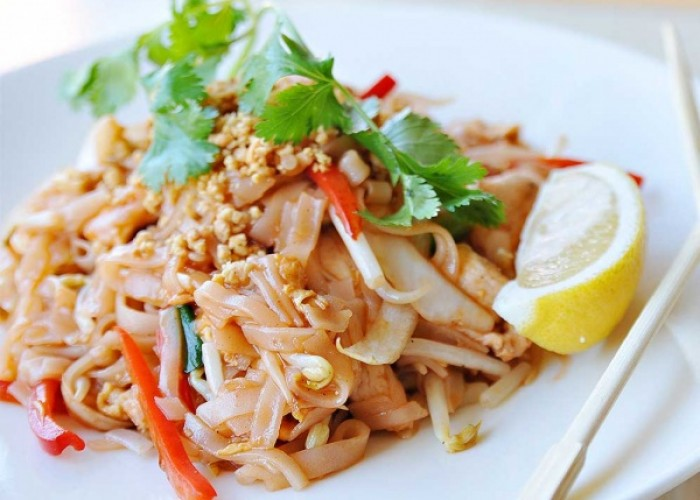 The Green Papaya serves up heaping plates of pad thai.