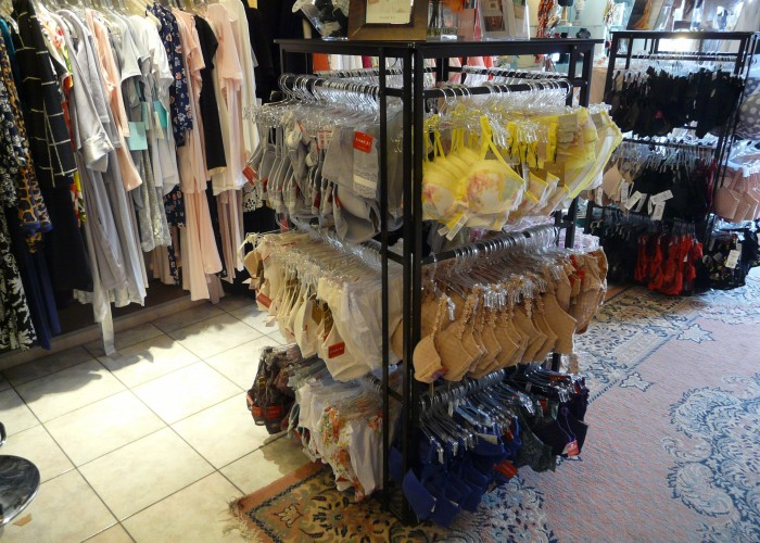 Simply Chic, an elegant lingerie store, seduces the customer with bras, swimsuits, jewellery, and handbags from Europe and the U.S.