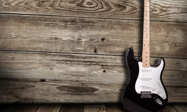 2 ways to tune an electric guitar without a tuner