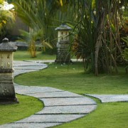 2 easy garden paths to beautify your backyard