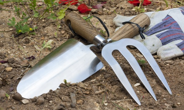 Garden tools that last: renew and replace wooden handles