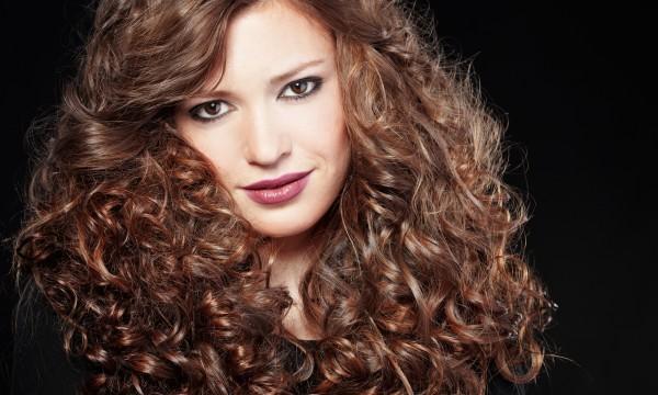10 façons facile d'empêcher les frisottis de saboter vos cheveux frisés