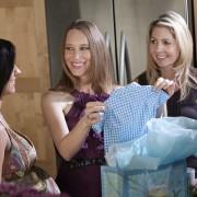 Conseils pour emballer différemment vos cadeaux de fêtes prénatales