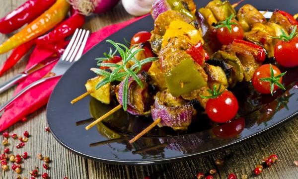 Brochettes de porc aux légumes grillés