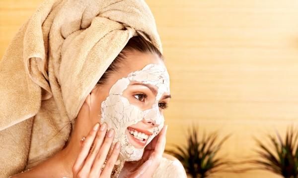 Des soins maison pour éviter la peau grasse