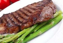 Rouleaux de bœuf aux oignons verts et aux asperges