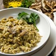 Recette savoureuse de riz cuit avec des champignons sauvages et du fromage