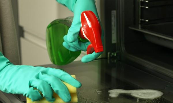 3 trucs pour qu'un four reste propre longtemps