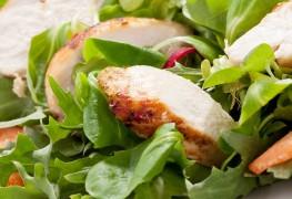 Découvrez cette recette savoureuse de salade de poulet au curry et de riz