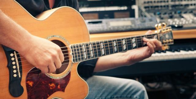 Changer rapidement une corde de guitare en 5 étapes faciles