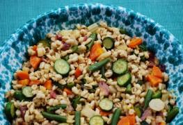 Salade orge et feta avec vinaigrette aux agrumes