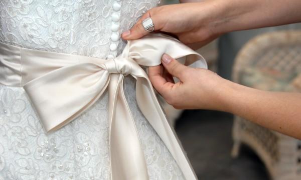 Des Conseils Pour Denicher Le Tissu Ideal Pour Votre Robe De Mariee Trucs Pratiques