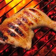 Une savoureuse recette de poulet grillé et de salade de pêches au cresson