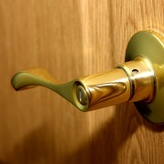 5 conseils originaux pour nettoyer les miroirs, l'argent et le laiton
