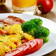 Une recette simple d'omelette au brocoli, fromageet tomates