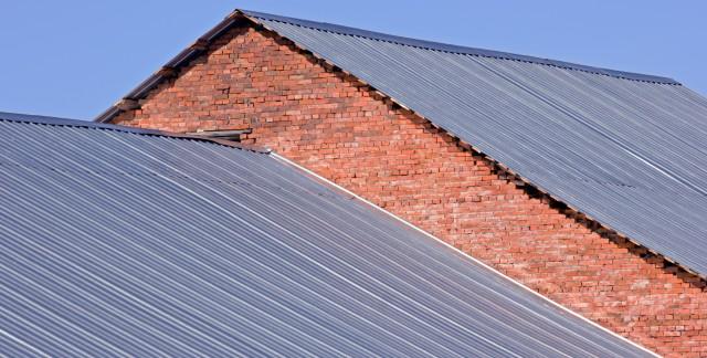 Guide pratique pour remplacer les toitures métalliques endommagées