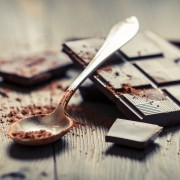 2 idées de collation santé: chocolat noir et thé