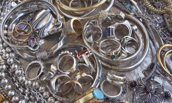 Nettoyez vos bijoux en or et pierres précieuses sans souci