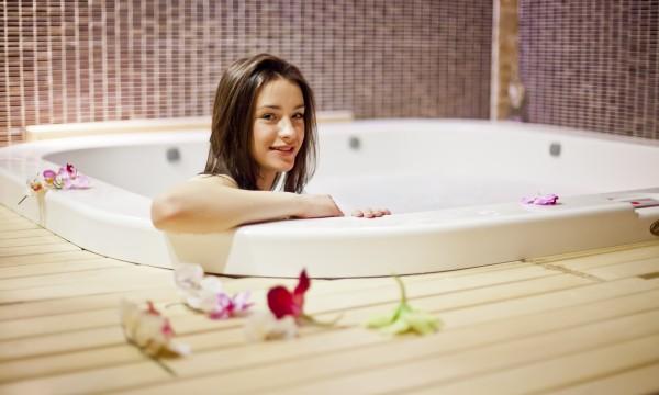 Idées de bains relaxants : gingembre et pétales de rose
