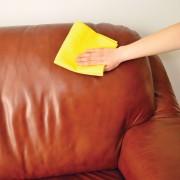 Meubles, vêtements et accessoires… Voici comment laver du cuir