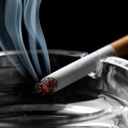 4 techniques pour enlever l'odeur de la fumée de cigarette sur les vêtements