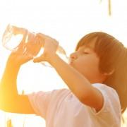 4 façons d'apprendre à vos enfants à boire de l'eau