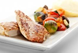 Poitrines de poulet avec relish de poivre et de maïs