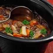 Une recette satisfaisante de ragoût de veau aux légumes et à la bière
