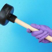 Comment déboucher une toilette et un lave-vaisselle