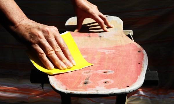 Comment poncer les surfaces en bois à la main et découper un panneau de verre correctement
