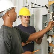 Ne jouez pas avec l'électricité: confiez le travail à un électricien