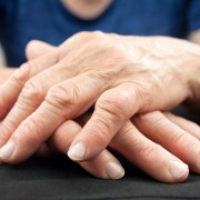 Polyarthrite rhumatoïde: quels sont les causes et les symptômes?