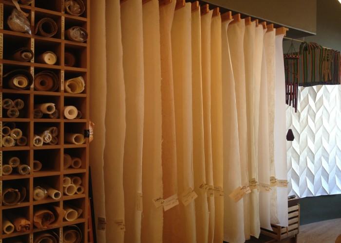 Au Papier Japonais, Papier japonais (washi), cours, conférences, art du papier, art du livre, beaux arts, fait à la main, cadeaux originaux, reliure, calligraphie occidentale et japonaise, fabrication du papier, impression, peinture à la détrempe à l'œuf, collage, imprimerie, fabrication d'abat-jours, origami, livres, Buddha Board, The Magic Lamp Company