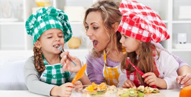 Recette amusante de chenilles aux fruits et au chocolat