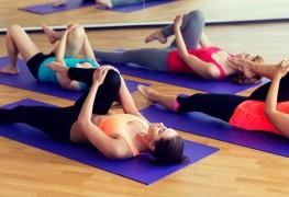 Détendez-vous: routine de flexions et d'étirements de yoga