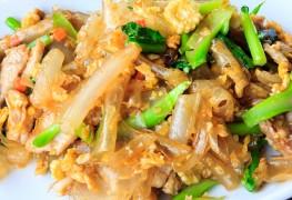 Légumes verts sautés, jambon et amandes grillées