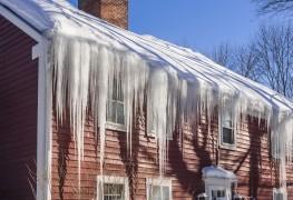 3 façons de prévenir les dommages à la toiture causés par la glace