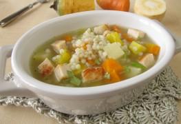 Soupe au poulet avec légumes racines et orge