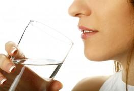 Boire sans arrêt et toujours avoir soif, est-ce normal?
