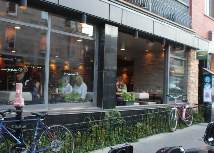 Nourriture et boissons végétaliens, fondue biologique, nouilles soba végétariennes, pizza végétarienne, gâteau chou frisé et chocolat en fusion