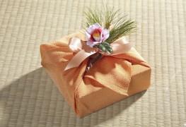 3 façons d'utiliser du tissu comme emballage cadeau