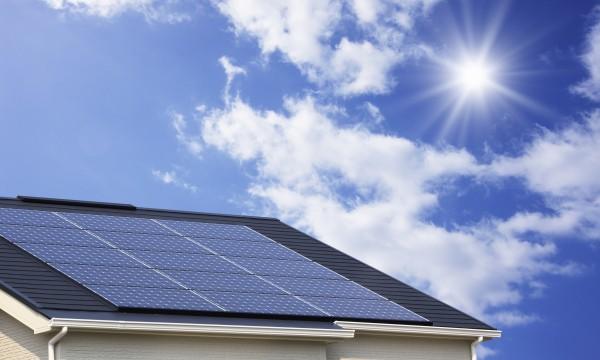 Économisez de l'argent avec l'énergie solaire sur un toit