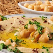 Une tartinade et 2 croustilles: tartinade pois chiches, tortilla et pita