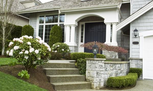5 fa ons d 39 embellir votre maison avec des arbustes de fondation trucs pratiques. Black Bedroom Furniture Sets. Home Design Ideas