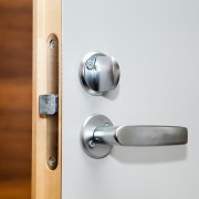 Solutions faciles pour réparer une porte qui ne ferme pas