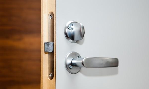 Ajuster Une Porte Qui Ferme Mal solutions faciles pour réparer une porte qui ne ferme pas | trucs