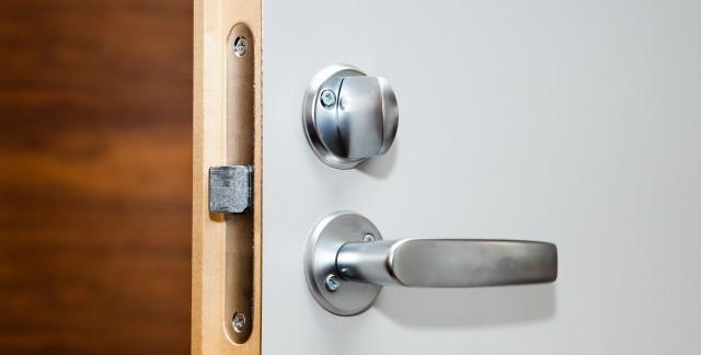 r parer une porte soi m me en peu de temps trucs pratiques. Black Bedroom Furniture Sets. Home Design Ideas