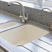 Conseils pour nettoyer l'évier et les murs de votre cuisine