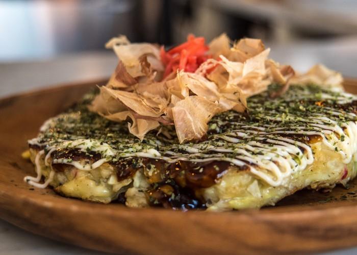 L'okonomiaki est une omelette de chou au porc.