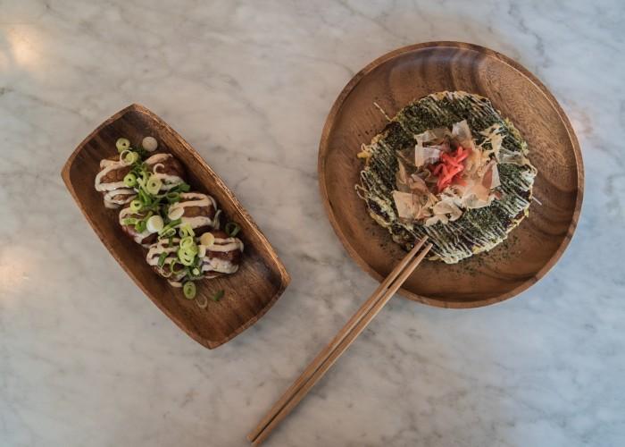 Le takoyaki et le okonomiyaki sont deux classiques proposés au restaurant.